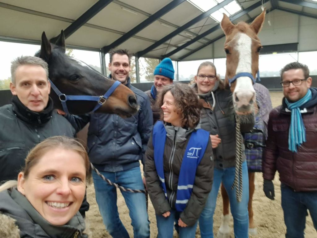 Tevreden deelnemers en trainers na de succesvolle commerciële training zoals verzorgd door Lead2meet  &  PaardenInzicht